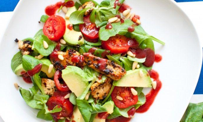 Letní salát s avokádem a malinovým dresinkem
