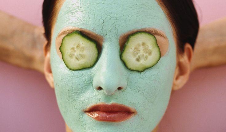 Kvůli tomu, abychom měli zdravou, jemnou adokonale hydratovanou pokožku, nemusíme sahat hluboko do kapsy. Místo nákupu luxusní kosmetiky můžeme použít ingredience ze spíže, zahrady čilesa.