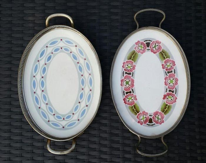 Twee dienbladen met aardewerk tegel en metalen rand - eerste helft 20e eeuw