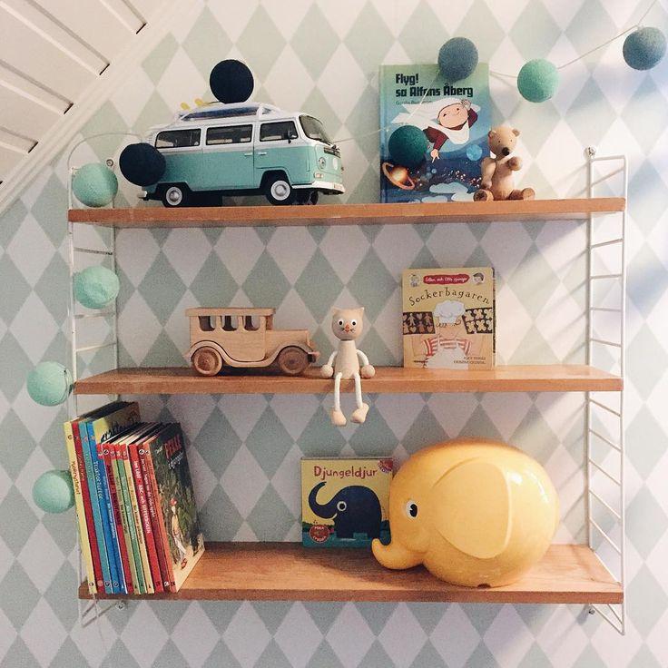 Så var det påfyllt med leksaker till lillkillarna, är det för mycket grejer när golvet inte syns längre???  Hoppas ni haft en härlig jul allihopa! ⭐️ #barnrum #fermliving #norsu #alfonsåberg #mollymeg #nordiskehjem #nordiskdesign #mitthem #stringhylla