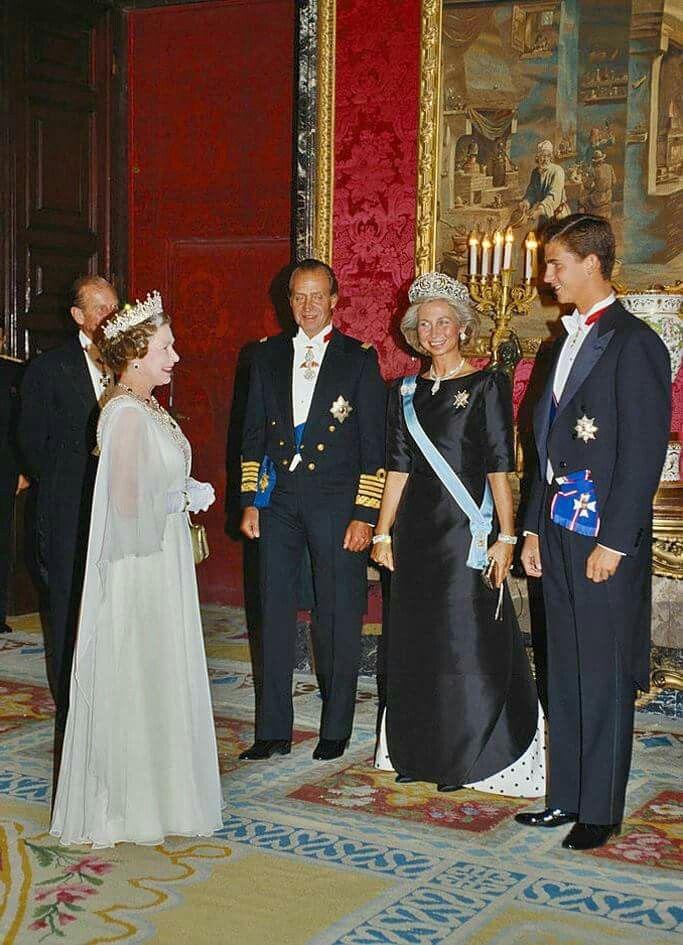 Los reyes Juan Carlos y Sofía y el príncipe Felipe de Asturias reciben a Isabel II y el duque de Edimburgo en el Palacio Real de Madrid