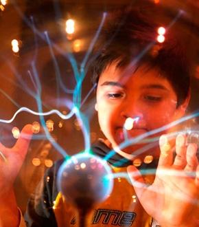 NEMO: In de 18e en 19e eeuw werden er al wetenschappelijke experimenten uitgevoerd als vorm van vermaak. Die leuke proefjes hebben ook een nuttige kant. Ze zorgen voor een brede verspreiding van wetenschappelijke kennis. Dat gebeurt in NEMO nog steeds.