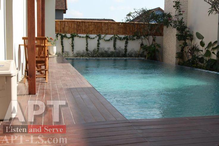 Bể bơi tư nhân lát mặt sàn hồ bơi bằng gỗ nhân tạo conwood