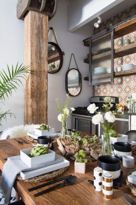 Bogate dekoracje i dodatki w czarnym kolorze w aranżacji kuchni z jadalnią - Lovingit.pl