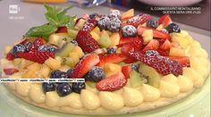 """La ricetta della torta in padella con macedonia di frutta di Natalia Cattelani del 24 aprile 2017, a """"La prova del cuoco""""."""
