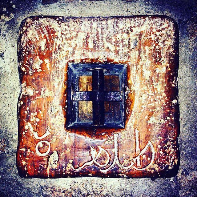 Das kleinste Fenster der Welt mit Schutzgittern, du findest es in der Calle Sillería.