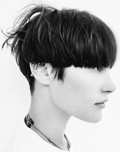 Tra i tagli capelli corti della primavera estate 2017, spicca su tutti il bowl cut. Si tratta di un taglio a scodella in versione urban...
