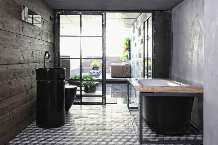 Depósito convertido em loft – Esé Studio | banheiro com varanda | Ladrilho Hidraulico
