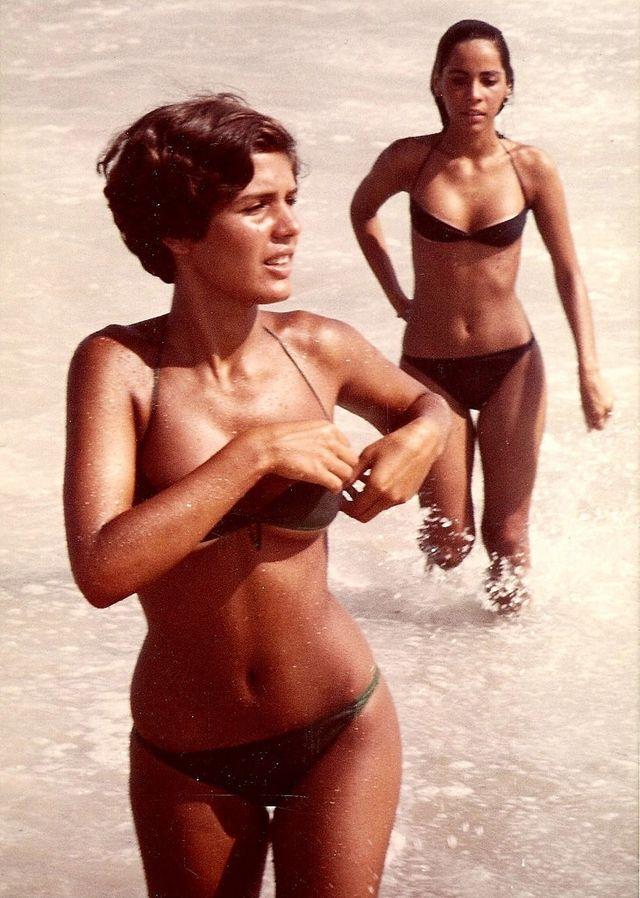 """Everyday Life in Rio de Janeiro in the 1970s (23) talvez fosse esta Heloisa  (Helo), a """"garota de Ipanema"""" do Tom Jobim. OK?"""