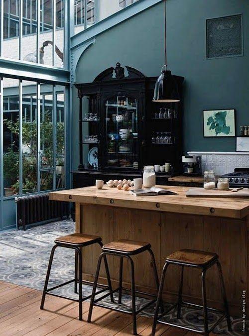 Cuisine en bois, bleu, carreaux de ciments et verrière: le rêve!
