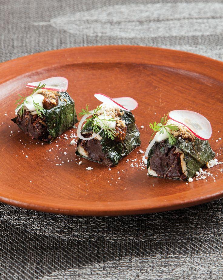 Toma nota de esta receta de taquitos de hoja santa rellenos de pasta de frijol, quesillo y chapulines del chef Alejandro Ruiz.