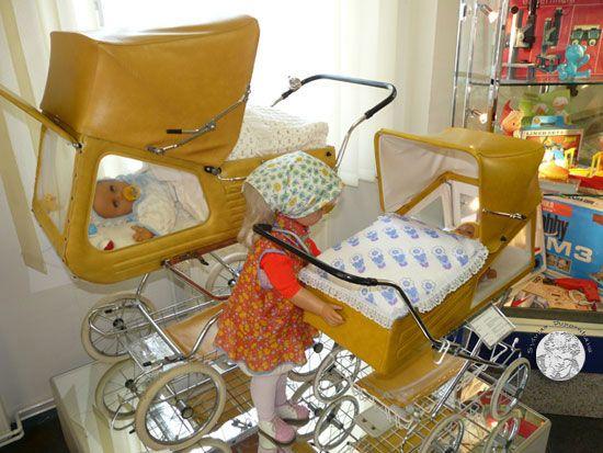 Kinderwagen der Firma ZEKIWA - der berühmte Panorama-Wagen aus den 70er-Jahren, einmal als Kinderwagen und vorn als Puppenwagen.