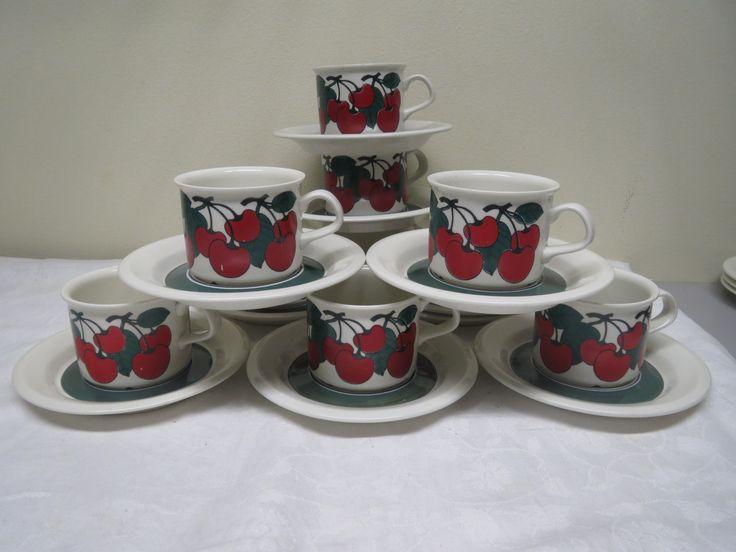 Arabian Kirsikka -kahvikupit, suunnittelija Inkeri Leivo, ehjiä ja hyväkuntoisia, kirsikoissa on jossain kohtaa naarmuja.  18 euroa/kpl.