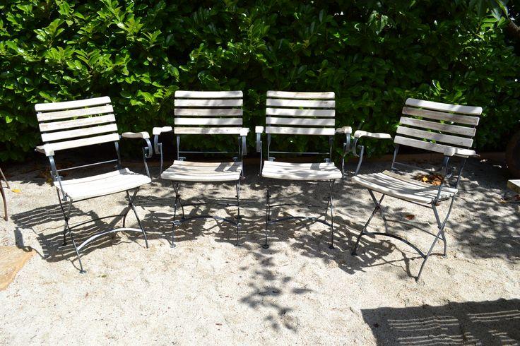 Vier witte stoelen, hout met metaal. Verkocht
