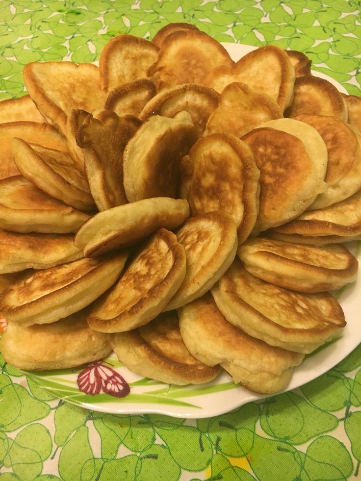 Оладьи с яблоком 100 гр - Сахара ;  2 шт - яйцо куриное ;  2 гр - соль ;  500 гр - кефир, не жирный ;  400 гр - мука; 1/2 чайная ложка соды;   1-2 яблока;  Взбейте яйца и сахар, добавьте соль, кефир, хорошенько перемешайте;затем сода и мука; яблоки порезать мелкими кубиками, смешать с полученной смесью; тесто получится пышным, полугустым; хорошо разогретая сковородка с маслом, ложкой разлить тесто, жарить до золотистого цвета с обеих сторон)) Приятного аппетита