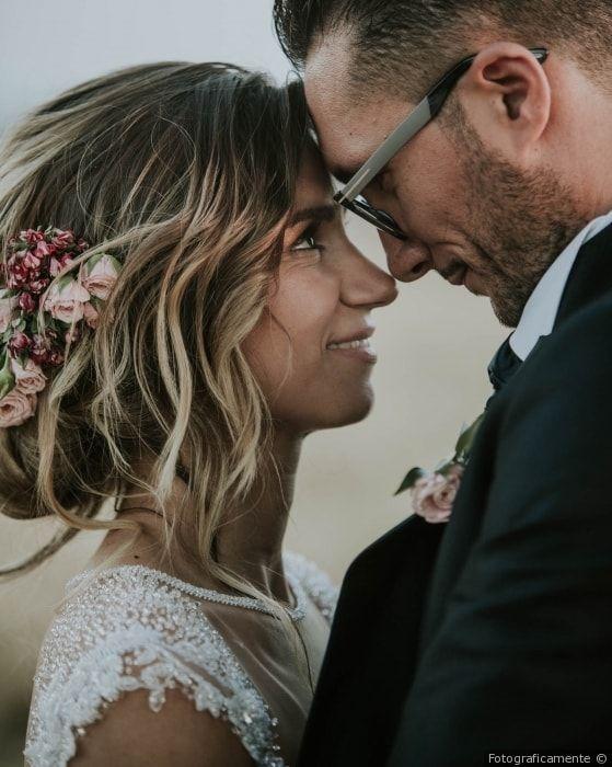 Acconciatura da sposa per capelli raccolti con fiori
