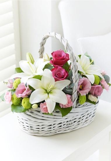 Interflora® Fleurop® Italia - Delizioso - Cesto con lilium, lisianthus, rose e sancarlini