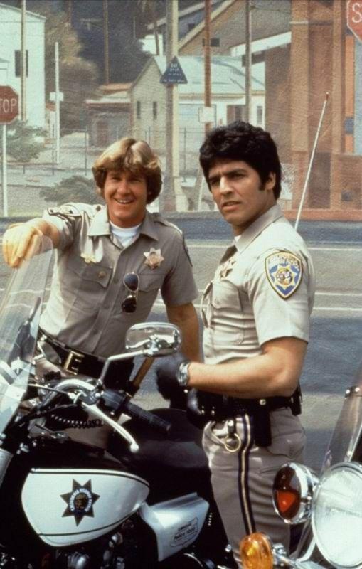 Chips TV Show   deux flics sympas et souriants jon et ponch surveillent les autoroutes ...