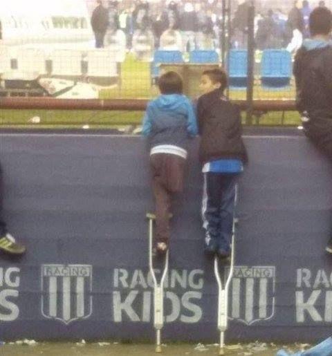 """La historia de una imagen que ha conmovido a #Argentina """"El fotógrafo Santiago Fretes retrató a un niño de 10 años al que le falta una pierna y a su amigo en el estadio del Racing Club de Avellaneda de Argentina"""" #IslamOriente  Fuente:http://ift.tt/1YYwK9C"""