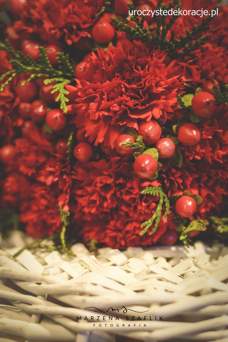 Kwiaty. Bukiet z czerwonych goździków. Uroczyste Dekoracje