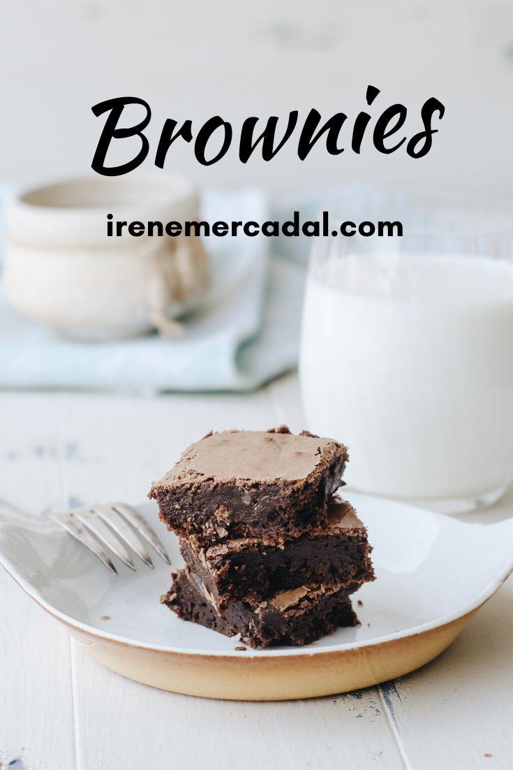 Vean lo húmedos/deliciosos que quedan estos brownies; Esta receta es tan fácil y rica que tenia que será tu favorita. #recetabrownie #losmejoresbrownies #recetafacilbrownies Cereal, Breakfast, Desserts, Mini, Gourmet, Mug Brownie Recipes, Cinnamon Rolls, Homemade Recipe, Easy Recipes
