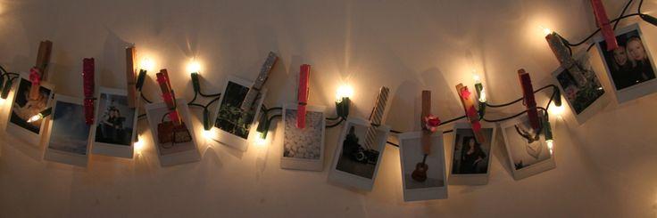 Hang je instax foto's met behulp van versierde wasknijpers aan een lichtsnoer. Lees hier meer over op ons blog.