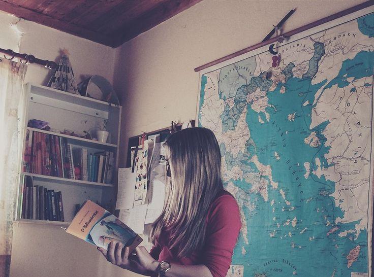 """Η ανάγνωση πλουτίζει τη μνήμη,καλλιεργεί το γούστο και μορφώνει τον χαρακτήρα.Η δημιουργική ανάγνωση ανοίγει δρόμους σε μαθητές και μαθήτριες (κάθε ηλικίας) να συνθέσουν τις εμπειρίες ζωής με τις γνώσεις σε ένα φανταστικό επίπεδο! Τα βιβλία αλλά και όλα τα άλλα πεδία της τέχνης λειτουργούν πάντα """"ιαματικά"""" σαν """"ψυχοθεραπεία"""" Είναι γεγονός πως ο Έλληνας αποφεύγει το διάβασμα του βιβλίου. Διαβάζουμε για να γινόμαστε καλύτεροι!Ο κόσμος του βιβλίου είναι μαγικός.."""