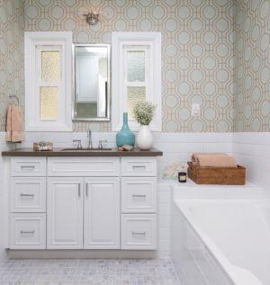 Beyazlar içinde klasik ve güzel bir banyo dekorasyonu