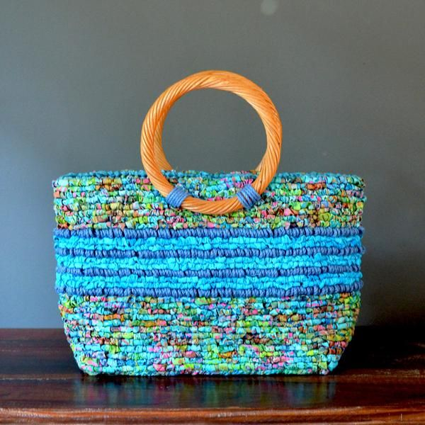 Locker hook a beautiful tote bag in vibrant color combinations with colored jute twine accent. Create a hand-crafted favorite to use or give as a gift. This kit