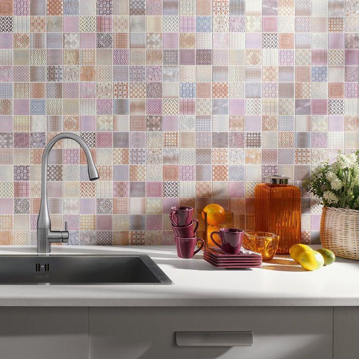 Monivärinen ja -kuosinen, pastellisävyinen laattatilkkutäkki piristää keittiön välitilan. Seinälaatat: ER Cardiff, väri Fabric │ Laattapiste
