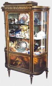 La VITRINE connaît sans doute son âge d'or sous le second Empire. Elle permet d'exposer les bibelots dont raffole la bourgeoisie du Second Empire. Souvent inspirées des styles Louis XV et Louis XVI, les vitrines peuvent être décorées de panneaux en vernis martin ou de placage.