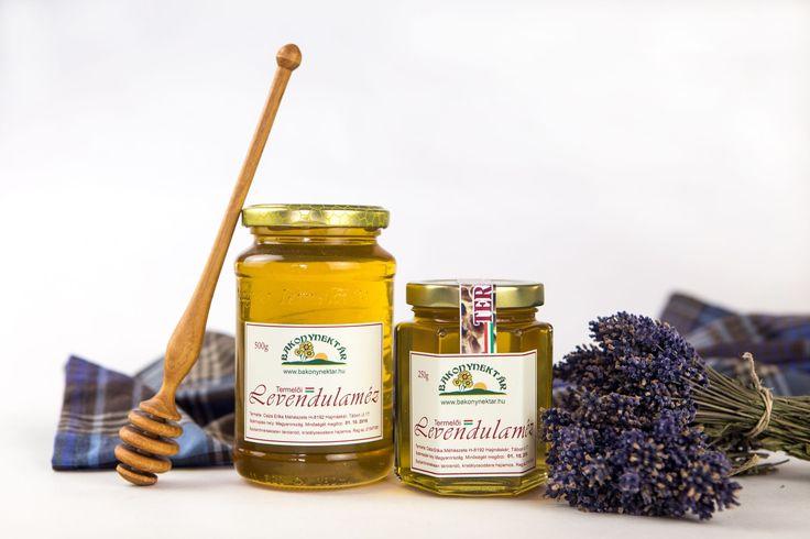 Levendulaméz, sokkal jobb mint gondolnád Borostyán sárga színű, rendkívül kellemes aromájú, lassan kristályosodó méz. Belsőleg vesebajokra, bélférgesség ellen, álmatlanság esetén ajánlható. Fertőtlenítő hatásának köszönhetően külsőleg nyitott sebekre kenve gyorsítja a gyógyulást. Igazi mézkülönlegesség!
