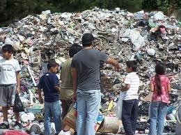 Leven bij en van een vuilnisbelt Graag wil ik je meenemen om een kijkje te nemen (al lezende) bij de grootste afvalberg in Cambodja, de afvalberg van Phnom Penh, de hoofdstad van Cambodja. Vele duizenden baby´s, kinderen en ouderen leven van wat de vuilnisbelt op levert. Gezinnen kunnen hier een dagelijks inkomen bijeen scharrelen van gemiddeld € 0,50, ongeveer 2000 Cambodjaanse Riels.