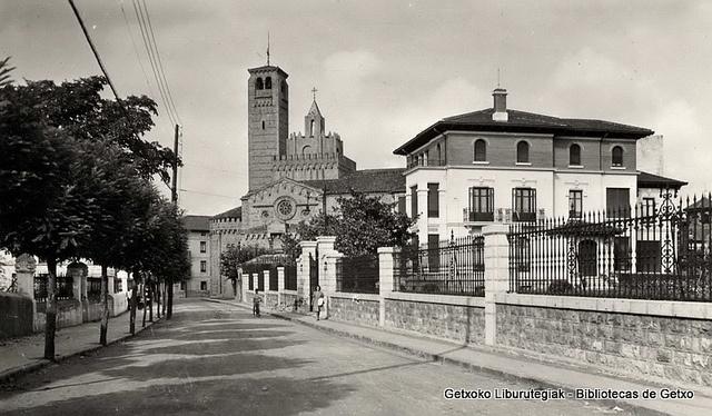Calle San Martín, con la Iglesia de los Trinitarios al fondo (Colección Trinitarios de Algorta) (ref. 01642)