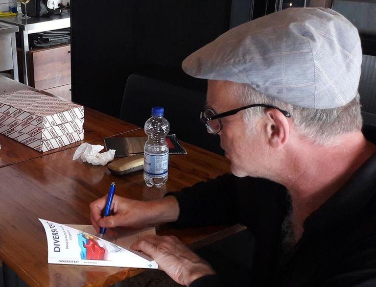 Na het officiële gedeelte van de boekpresentatie 'Diversiteit' in de Tropische Markt Surima in Amsterdam, ging auteur Bert Overbeek uiteraard direct aan de slag met het signeren van zijn nieuwe boek. #diversiteit #bertoverbeek #futurouitgevers