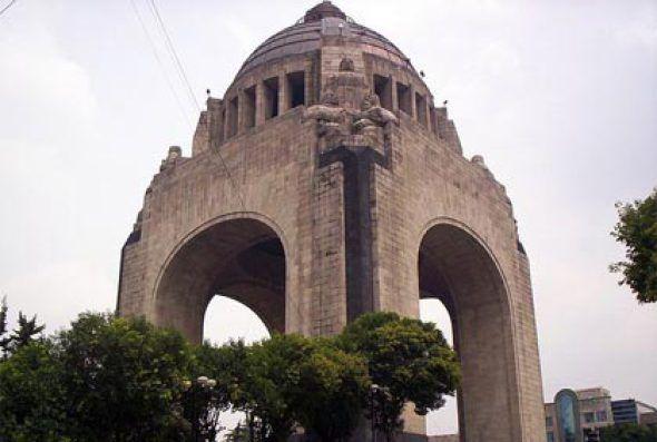 En un hecho irónico, el Monumento que hoy recuerda al movimiento revolucionario iniciado en 1910 fue ordenado por quien fue depuesto en aquella época.