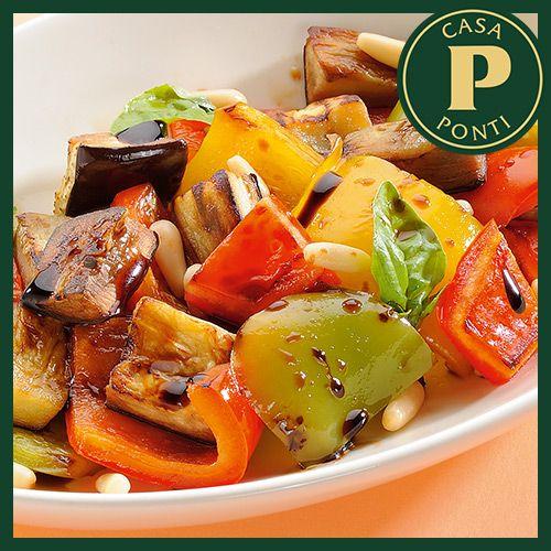 Die Paprika waschen und nach Belieben schneiden, jedoch gleichförmig. Mit den Auberginen in gleicher Weise vorgehen. Die Tomaten von den Samen befreien und würfeln...