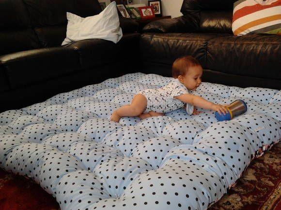 Tapete tipo futon, que auxilia no desenvolvimento motor do bebê, proporciona conforto ajudando o bebê a engatinhar, sentar, ficar de bruços, de barriga para cima, rolar, a mamãe pode ficar tranquila para fazer suas coisas e deixar seu bebe em segurança, além de ser uma ótima opção para ver o desenho, levar para a casa de praia ou no lugar onde quiseres ir, e terá um gostoso colchonete para dormir assistir aquele desenho, filme preferido com a mamãe e com o papai melhorando cada vez mais a…
