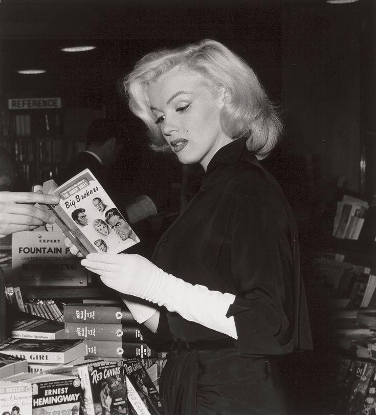 Marilyn Monroe at a Bookstore. Andre De Dienes.