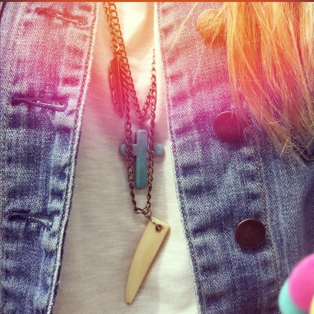 Collar dorado con cruz cacho y pluma    Ignacia Moure
