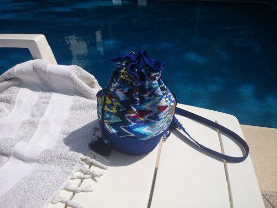 Petit sac bourse, bleu motif zigzag multicolore, gabardine de coton, entoilé et doublé, fermé par cordon de serrage avec pompon.
