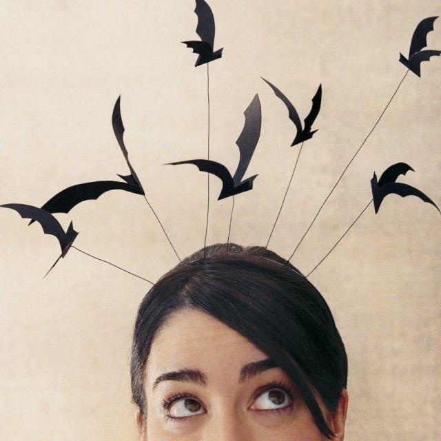 Les oiseaux, avec un tailleur comme dans le film plein de corbeaux