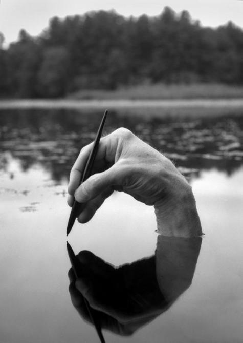 Photo 14 : writing --> Ecrire son histoire ? Idée de la réflexion, de la symétrie, et mouvement de l'écriture