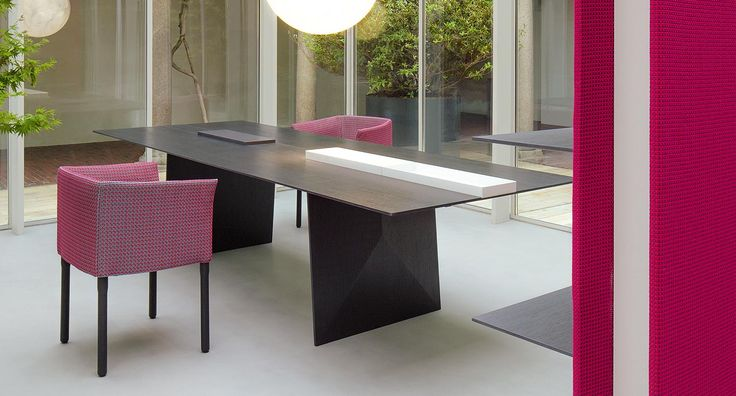 Kanji - Series of wooden dining tables. The top is available either in one single piece or with the central section divided into independent and removable elements. It is possible to replace the desired number of such elements with a quartz cutting board or with trays made of white polished varnished steel.