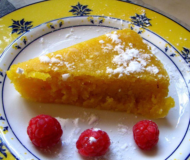 Agora um docinho ;)Ingredientes:10 ovos (8 gemas e 2 ovos)450 gramas de açúcar250 gramas de amêndoa ralada2,5 dl de água75 gramas de miolo de pão1 casquinha de limão1 pau de canela2 colheres de sopa bem cheias de farinhaaçúcar em pó para polvilharpapel veg...