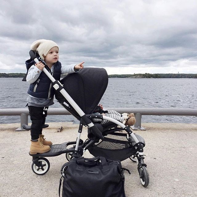 On the hunt for boats, planes and other exciting things! Thanks @_ericashaw for sharing this snap from your stroll beside the lake with the Bugaboo Bee and Comfort Wheeled Board #bugaboo #bugaboobee