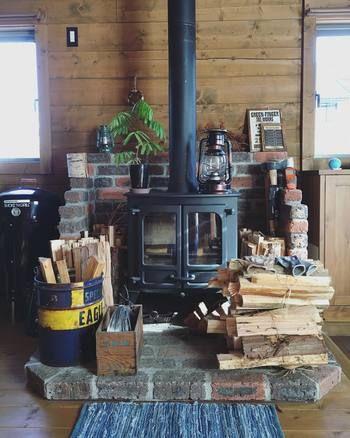 薪ストーブはこちらでも活躍しています。暖をとるだけでなく、薪を置いておくと針葉樹の香りで癒されます。