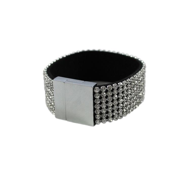 Fräckt armband med kristallfärgade stenar och magnetlås.