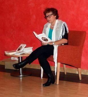 """Edit Engelmann stellt ihr Buch """"Es war einmal im Ringgau..."""" in Oma Christines Heimat vor. Omas Kochrezepte aus der Zeit von 1890/1900 kombiniert mit Sagen aus Nordhessen. Ein ideales Weihnachtsgeschenk für Nostalgiker. Überall im Buchhandel und online auch als e-version erhältlich."""