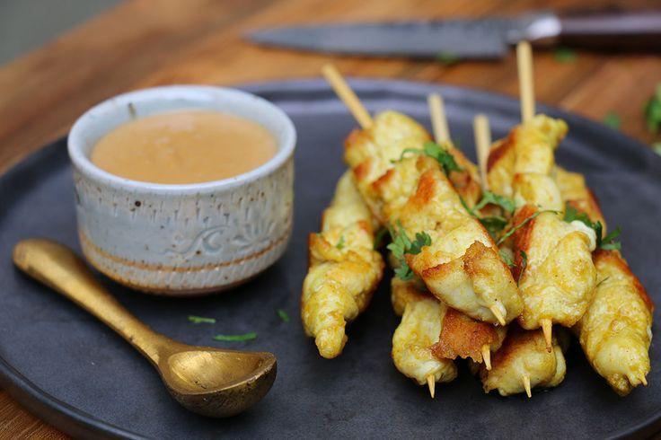 Ma recette facile coup de coeur de poulet satay avec sa sauce cacahuètes onctueuse et trop bonne. Présenté en mini brochettes, top pour l'apéro à partager.